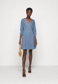 Vero Moda Tall - VMHENNA WRAP SHORT DRESS - Denimové šaty - light blue denim - 1