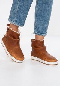 HUB - RIDGE - Ankle boot - cognac/offwhite - 0