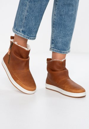 RIDGE - Ankle boots - cognac/offwhite