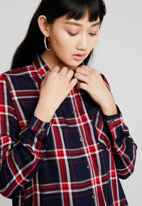 ONLY - ONLLONDON CHECK - Button-down blouse - night sky/red - 3