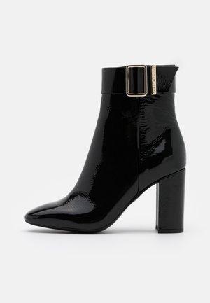 SQUARE TOE BOOT - Botines de tacón - black