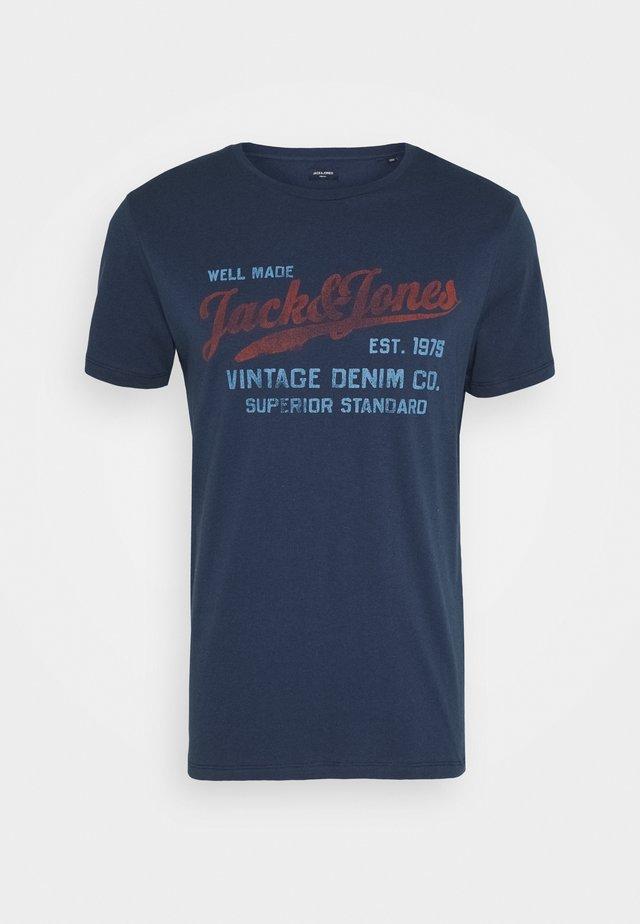 JPRBLUBILLY TEE CREW NECK - Print T-shirt - dress blues