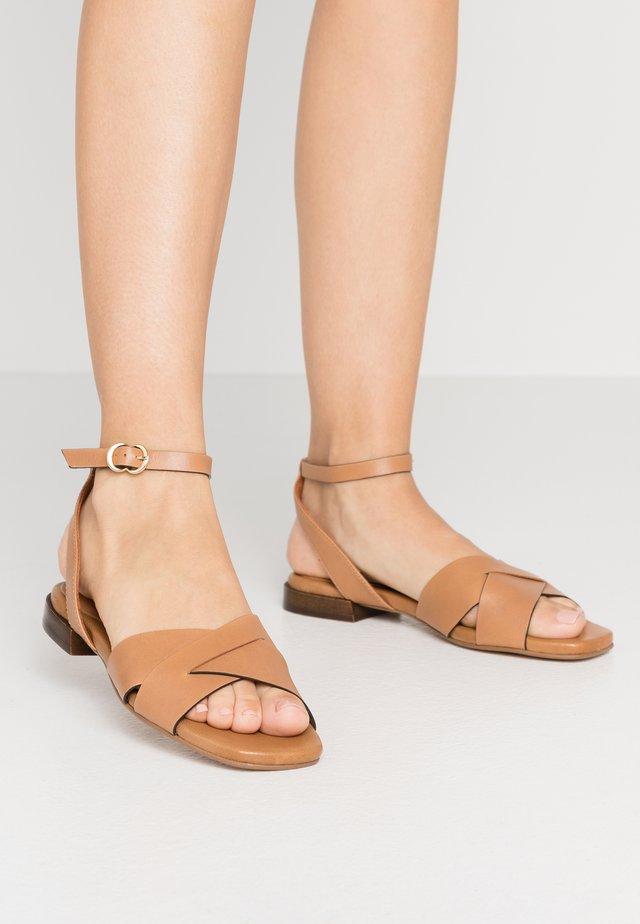 Sandaalit nilkkaremmillä - nature
