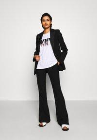 DKNY - GLITTER CITY SKYLINE IN LOGO - T-shirts print - white/black - 1
