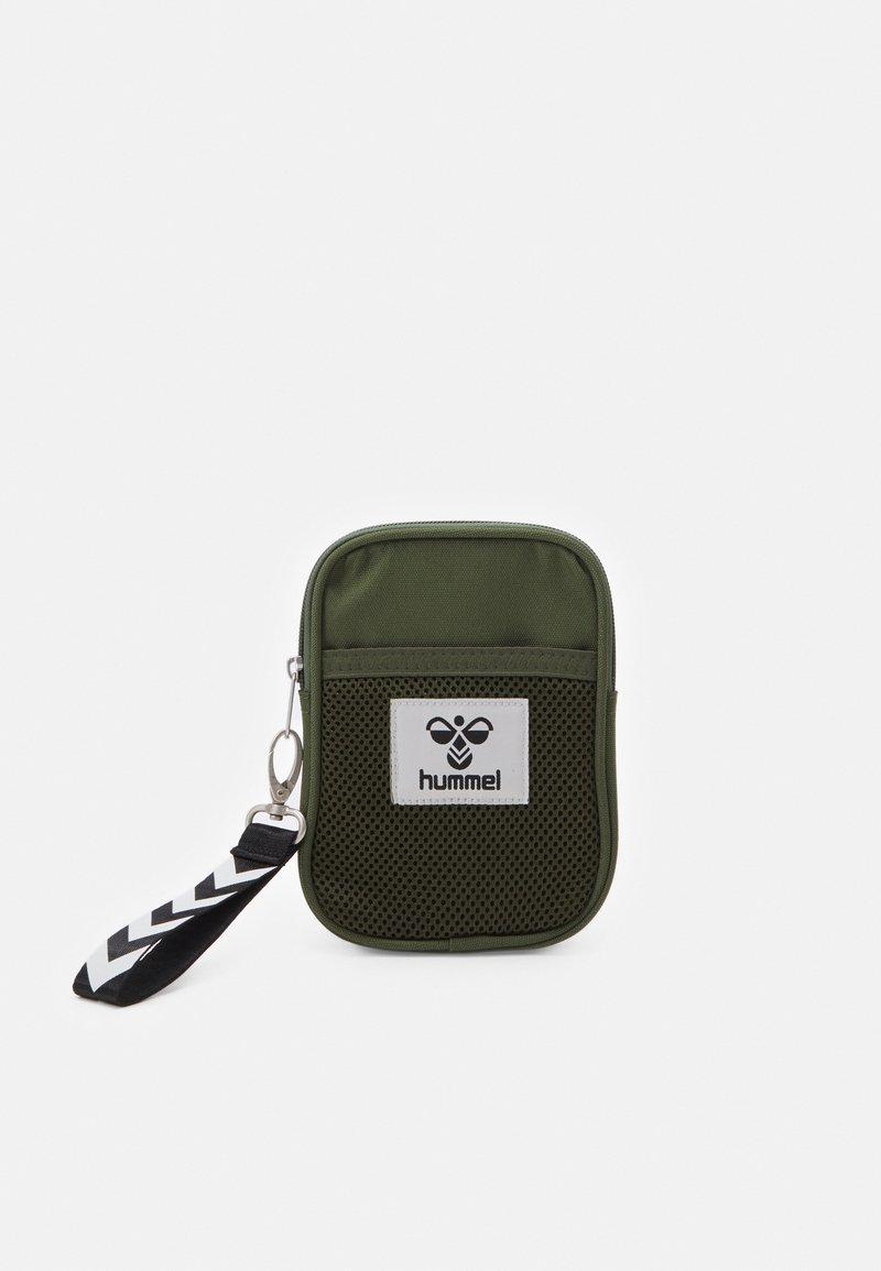 Hummel - HMLELECTRO SHOULDER BAG UNISEX - Taška spříčným popruhem - cypress