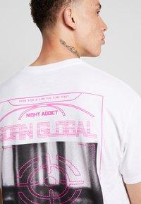 Night Addict - TARGET - T-shirt med print - white - 5