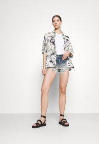 Hollister Co. - OMBRE FRAY HEM - Denim shorts - blue denim - 1