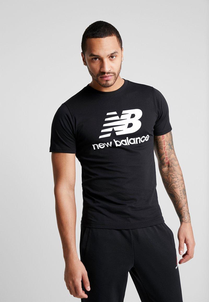 New Balance - ESSENTIALS STACKED LOGO  - T-shirt z nadrukiem - black