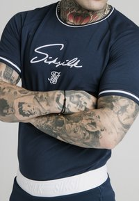 SIKSILK - SIGNATURE PIPED TECH TEE - Print T-shirt - navy - 4