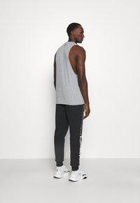 Under Armour - ROCK RIVAL - Pantalones deportivos - black - 2