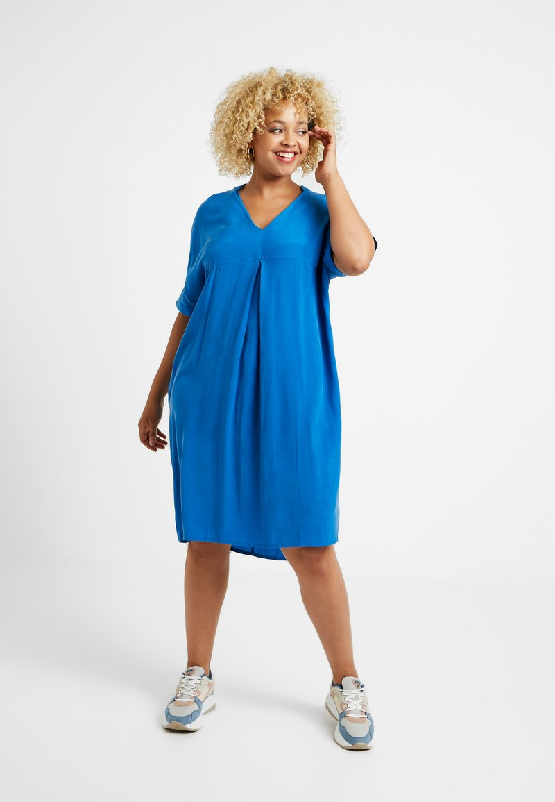 Live Unlimited London - MANDARIN COLLAR DRESS - Denní šaty - bright blue