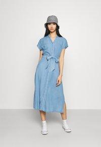 Vero Moda - VMSAGA LONG BELT DRESS - Denimové šaty - light blue denim - 1
