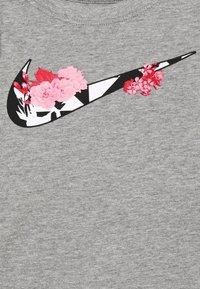Nike Sportswear - TOKYO FLORAL TEE - Long sleeved top - carbon heathter/black/white/pink - 2