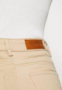 Vero Moda - VMHOT SEVEN PUSH UP PANTS - Jeans Skinny Fit - beige - 4