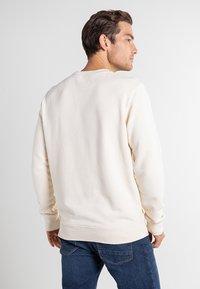 Timberland - BOOT LOGO CREW NECK - Sweatshirt - white smoke - 2