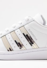adidas Originals - SUPERSTAR - Baskets basses - footwear white/silver metallic - 2