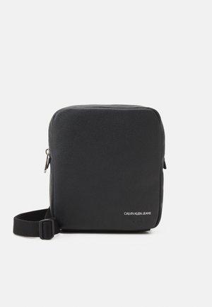 MICRO PEBBLE REPORTER S - Across body bag - black