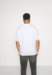 Tommy Hilfiger - LARGE LOGO TEE - Print T-shirt - white - 2