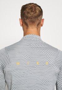 Nike Performance - DRY STRIKE DRILL - Funktionsshirt - smoke grey/total orange - 4
