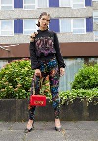 Versace Jeans Couture - SAFFIANO LOCK CROSSBODY - Taška spříčným popruhem - rosso - 2