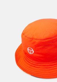 Sergio Tacchini - CIUDAD BUCKET HAT UNISEX - Hat - cherry tomato/multi - 4