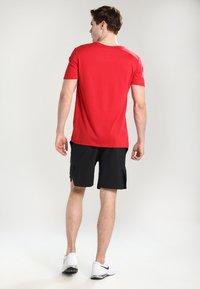 Nike Performance - VENT MAX - Träningsshorts - black/hematite - 2