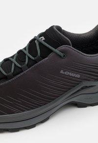 Lowa - ZIRROX GTX LO - Chaussures de marche - black/grey - 5