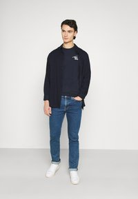 Tommy Jeans - STRETCH CHEST LOGO TEE  - T-shirt z nadrukiem - twilight navy - 1