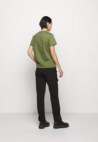 Holzweiler - SUZANA - T-shirt print - army - 2