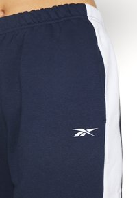 Reebok - LINEAR LOGO PANT - Trainingsbroek - dark blue - 5