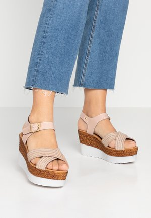 Sandały na platformie - nude