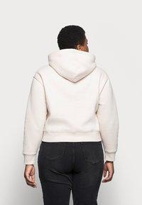 Calvin Klein Jeans Plus - ECO - Mikina skapucí - off-white - 2