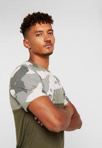 Nike Performance - DRY CAMO - Camiseta estampada - cargo khaki/light bone/black - 3