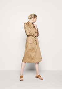 Marc O'Polo PURE - DRESS LONG SLEEVES UTILITY DETAILS CARGO POCKET - Skjortekjole - mellow almond - 1