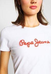 Pepe Jeans - BAMBIE - T-shirt z nadrukiem - optic white - 6