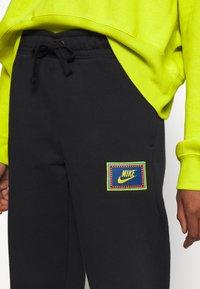 Nike Sportswear - PEACE PACK PANT - Joggebukse - black/green spark - 4