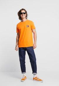 Tommy Jeans - BADGE TEE - Basic T-shirt - orange - 1