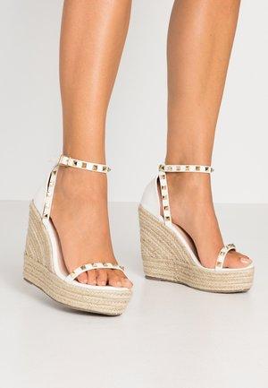 WIDE FIT KORI - Sandaler med høye hæler - white