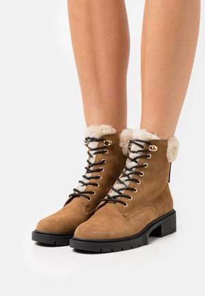 LORIMER BOOTIE - Lace-up ankle boots - raw umber
