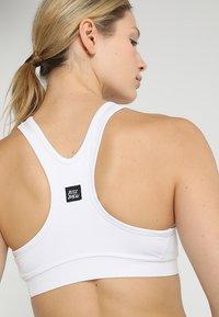 BIDI BADU - JUDE TECH BRA - Sportovní podprsenky s lehkou oporou - white - 4
