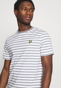 Lyle & Scott - BRETON STRIPE - T-shirt med print - mid grey marl/white - 3