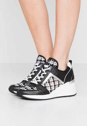 GEORGIE TRAINER - Baskets basses - black/silver