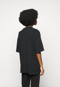 Han Kjøbenhavn - BOYFRIEND TEE - Print T-shirt - faded black - 2