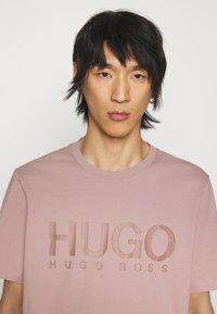 HUGO - DOLIVE - Print T-shirt - light/pastel brown - 3
