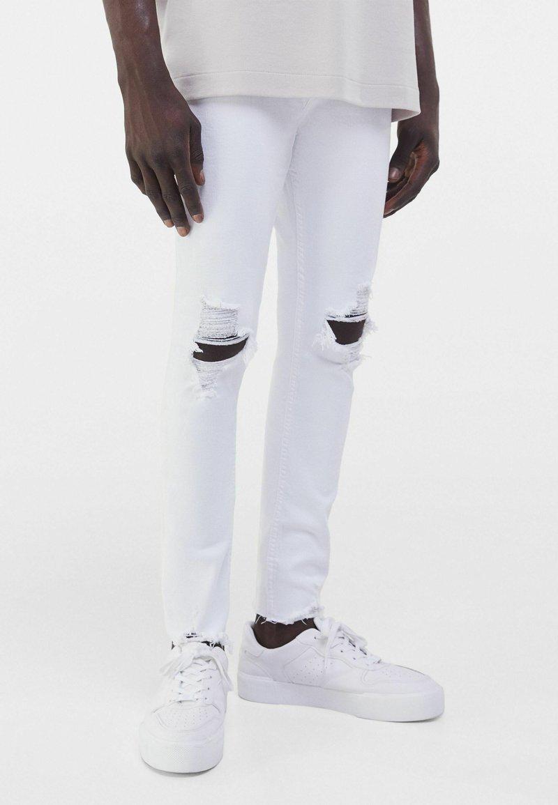 Bershka - MIT RISSEN  - Jeans Skinny Fit - white