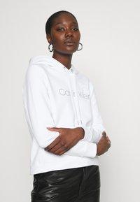Calvin Klein - VALENTINES STUD HOODIE - Mikina - bright white - 3