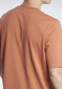 Reebok Classic - VECTOR TEE - T-shirt con stampa - baked earth - 4