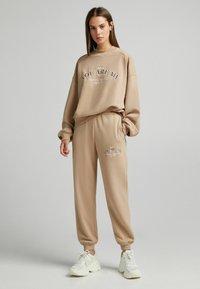 Bershka - OVERSIZE - Sweatshirt - camel - 1