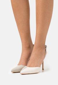 ALOHAS - JAIMA - Classic heels - offwhite - 0
