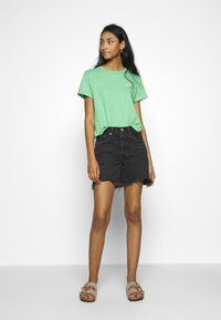Levi's® - GRAPHIC SURF TEE - T-shirts med print - absinthe green - 1
